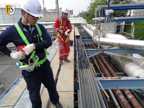 cable wrapping South Korea Kumho Petrochemical South-Korea, Inspector checking cable trays